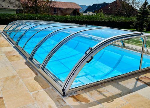 Výhody zastřešení bazénu i v letní sezóně